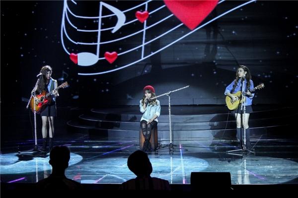 Mở màn chương trình, 3 cô gái tài năng của nhóm Cánh Diều đã thể hiện ca khúc Tìm với phần hát và chơi nhạc cụ cực chất. Ngoài ra, họ còn trổ tài đọc rap để mang đến một phần trình diễn dễ thương và cuốn hút.