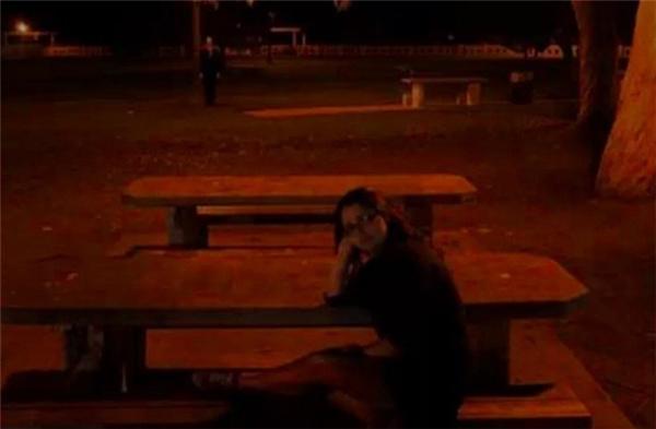 Đây là lí do bạn đừng bao giờ chụp ảnh vào ban đêm ở những nơi vắng vẻ. (Ảnh: Internet)