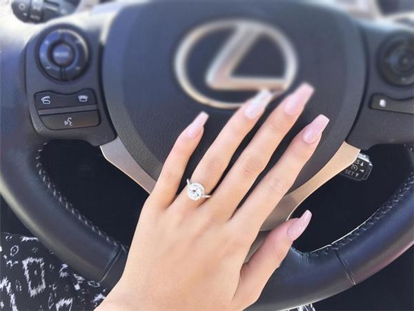 Jacquelinekhoe khéo xế hộp hạng sang củacùng nhẫnkim cương lấp lánh. - Tin sao Viet - Tin tuc sao Viet - Scandal sao Viet - Tin tuc cua Sao - Tin cua Sao
