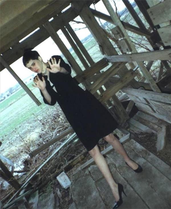 Đây là bức ảnh cuối cùng của Regina Kay Walters (14 tuổi). Ben Rhoades – kẻ giết người hàng loạt thường đi thăm thú khắp nơi trên chiếc xe tải lớn có trang bị một căn phòng dành riêng cho việc tra tấn của hắn. Sau khi cắt tóc cô gái và bắt cô mặc bộ quần áo như trong hình, Robert chụp bức ảnh này rồi giết cô ngay tại một nhà kho bỏ hoang ở bang Illinois.(Ảnh: Internet)