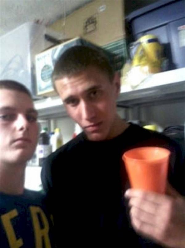 Chàng trai bên phải trong ảnh chính là Tyler Hadley, 17 tuổi. Tấm ảnh được chụp khi hắn ta tổ chức tiệc tại nhà, sau khi dùng búa giết chết cha mẹ ruột của mình. Lúcchụp ảnh, xác của mẹ Tyler vẫn còn giấu trong phòng ngủ. Còn nguyên nhân vì sao lạigiết thì tới bây giờ vẫn còn là một ẩnsố.(Ảnh: Internet)
