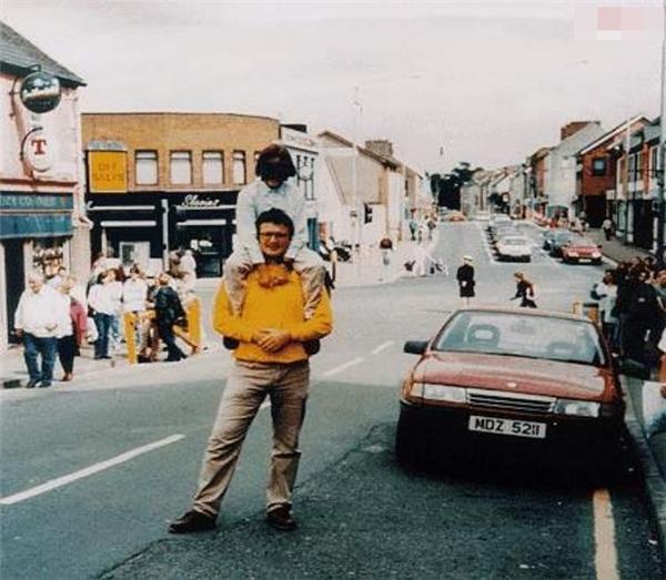 Vào ngày 15/8/1998, hai bố con đã chụp bức ảnh này ở thị trấn Omagh, Bắc Ireland. Sau khi bức ảnh được chụp, chiếc xe hơi màu đỏ có chở bom đã phát nổ làm 29 người thiệt mạng trong đó cóngười chụp ảnh và 300 người bị thương. Hai bố con trong bức ảnh may mắn sống sót.(Ảnh: Internet)