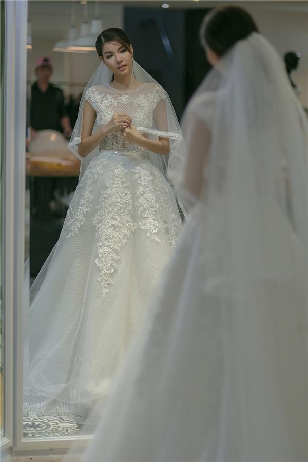 Theo phong cách thiết kế trước nay, không khó để đoán được những chất liệu mà Chung Thanh Phong sẽ sử dụng cho bộ váy của Kỳ Hân. Phần thân trên mô phỏng chất liệu xuyên thấu kết hợp chi tiết đính kết. Chân váy trở nên bồng bềnh với voan lụa kết hợp ren.