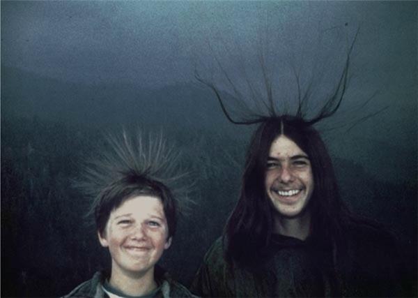 Bức ảnh chụp hai cậu bé có tóc dựng đứng hết sức ngộ nghĩnh, tuy nhiên sự thật đây chính là báo hiệu cho một cơn bão đang đến gần. Ngay sau khi bức ảnh được chụp, hai cậu bé đã bị sét đánh tại công viên Quốc gia Sequoia ở California, mùa hè năm 1975.(Ảnh: Internet)
