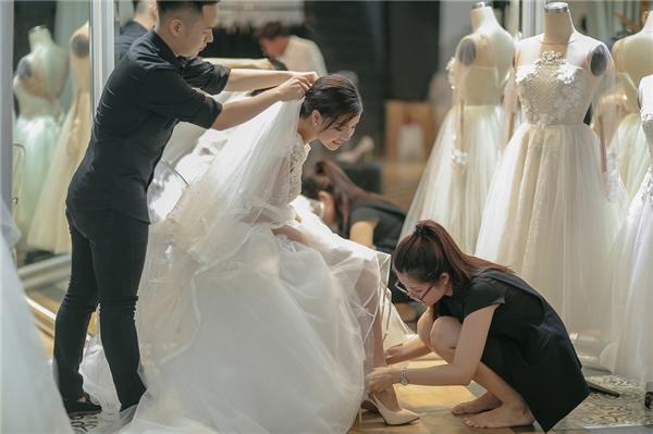 Chung Thanh Phong sẽ thực hiện 4 bộ trang phục cho Kỳ Hân trong ngày trọng đại gồm: áo dài trắng, 2 váy xòe và 1 váy ngắn trẻ trung, gợi cảm. Tất cả đều theo tinh thần nhẹ nhàng, lãng mạn như đúng ước nguyện về một đám cưới như chuyện cổ tích của Kỳ Hân.