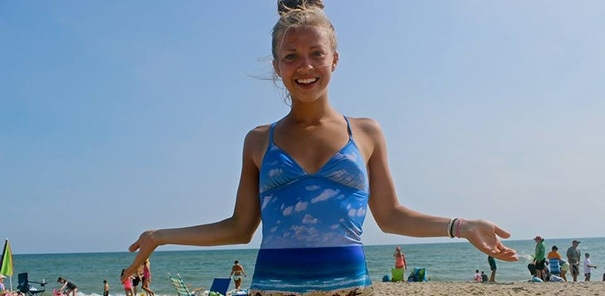 Cô gái khổng lồ ôm ấp biển cả.