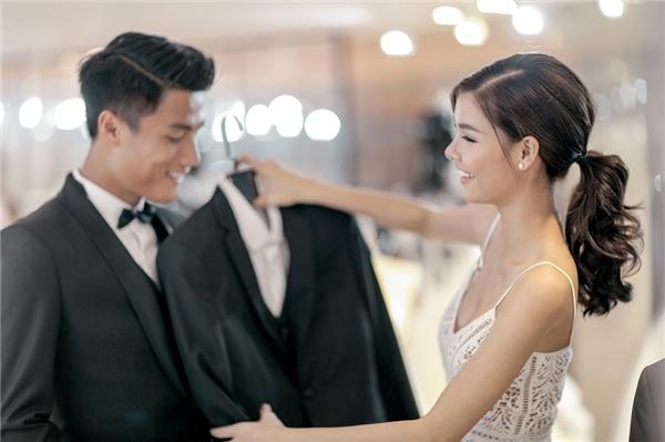 Cặp đôi vui vẻ thử trang phục cho ngày trọng đại.