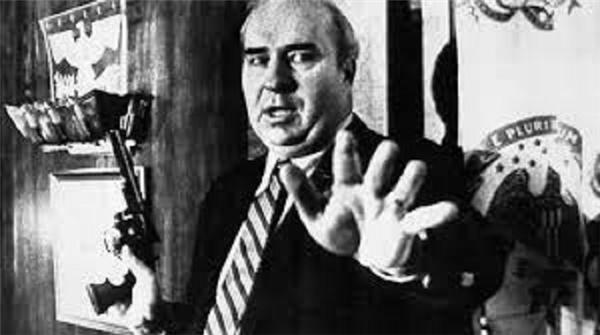 Đây là R Budd Dwyer – một chính trị gia người Mỹ, bức ảnh này được chụp vài giây trước khi ông tự sát bằng khẩu súng trong tay tại một cuộc họp báo trực tiếp trên TV. Lý do ông tự sát được cho là vì trước đó ông bị kết tội nhận hối lộ từ một công ty ở California.(Ảnh: Internet)