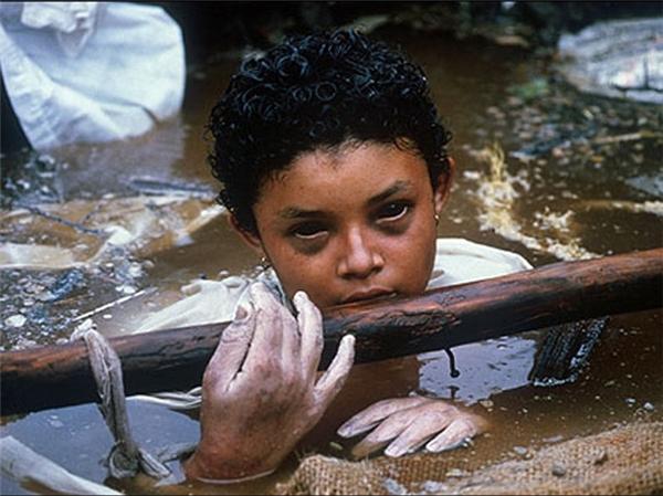 Bức ảnh trên được chụp bởi Frank Fournier, nhiếp ảnh gia nổi tiếng thế giới. Người trong ảnh là Omayra Sánchez Garzón (13 tuổi), người Columbia, cô bé bị mắc kẹt hơn 60 tiếng dưới nước trong đống đổ nát của ngôi nhà sau khi núi lửa Nevado del Ruiz phun trào năm 1985. Sau nỗ lực không thành công của đội cứu hộ, cô bé qua đời. Bức ảnh này đã trở nên nổi tiếng và khiến cả thế giới động lòng. (Ảnh: Internet)