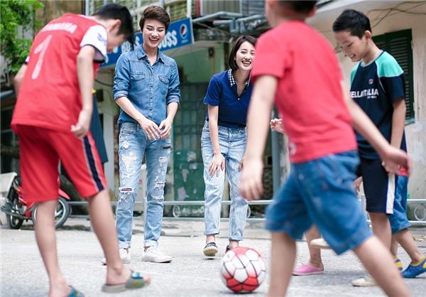 Bên cạnh đó, để hâm nóng thêm không khí Euro 2016, nữ BTV xinh đẹp không quản ngại mưa nắng mang bóng tới những nơi như công viên, khu tập thể, bãi giữa sông hồng và ngay cả những quán cà phêvỉa hè Hà Nội để hiểu hơn về tình yêu bóng đá của mọi người, sự quan tâm về Euro 2016.