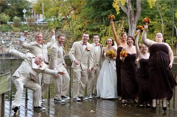 Hình như hội phù dâu phù rể còn vui hơn nhân vật chính. (Ảnh: Internet)