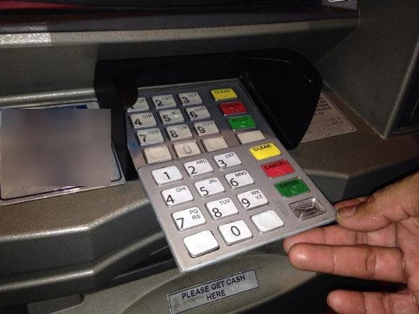 Một bàn phím giả được đặt lên trên bàn phím thật để ghi lại tất cả tổ hợp phím mà bạn bấm theo đúng thứ tự. Cách nhận biết là bàn phím này thường dày hơn so với bàn phím thật. (Ảnh: Internet)