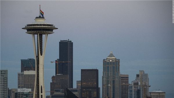 Lá cờ cầu vồng tung bay trên tháp Space Needle tại thành phố Seattle, Washington vào ngày 12/6 để tưởng nhớ các nạn nhân trong vụ thảm sát. (Ảnh: CNN)