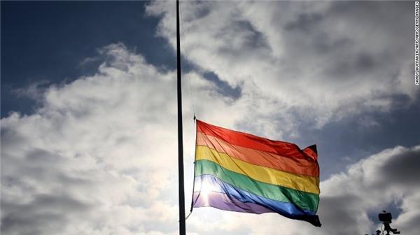 Tại San Diego, California, lá cờ tượng trưng cho niềm tự hào của cộng đồng LGBT vẫn kiêu hãnh tung bay mặc dù đang được treo rủ. (Ảnh: CNN)