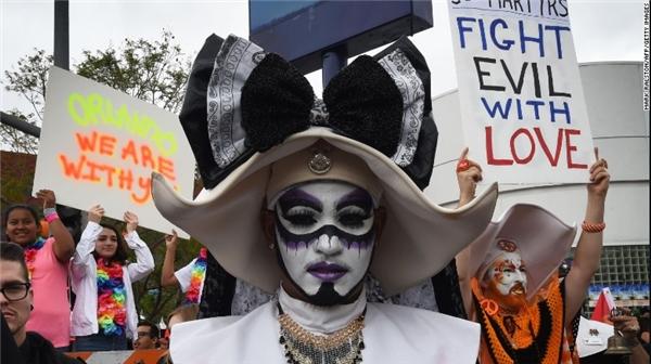 Đây là cách người dân ở Los Angeles thể hiện sự ủng hộ với cộng đồng LGBT ở Orlando và chia sẻ với các nạn nhân ở thành phố này trong một buổi diễu hành trên đường phố. (Ảnh: CNN)