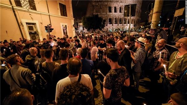 Những ngọn nến được cộng đồng LGBT ở Ý thắp lên, mang nỗi buồn và sự đồng cảm sâu sắc đến các nạn nhân. (Ảnh: CNN)