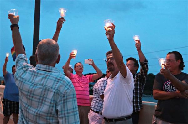 Khắp Orlando, nhiều buổi tưởng niệm nạn nhân của vụ xả súng được tổ chức ở một số khu vực tiêu biểu như Ember, Panama City Beach (Ảnh: AP)