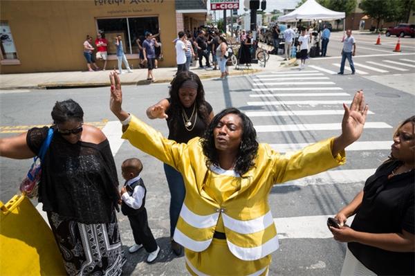 Người trong ảnh là chị Annette Stubbs, một mục sư của nhà thờ địa phương, đang cầu nguyện cho linh hồn các nạn nhân vụ xả súng cách hiện trường khoảng vài dãy nhà. (Ảnh: AP)