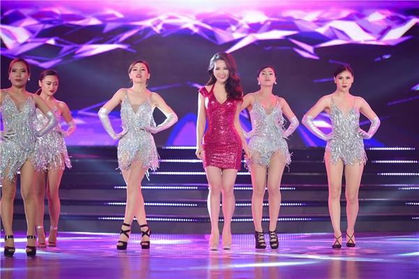 Mở đầu đêm chung khảo, Á hậu Thụy Vân, Á hậu Hoàng Oanh và Ái Phương cùng hòa chung tiếng hát mang lại bầu không khí vui vẻ, sôi động.
