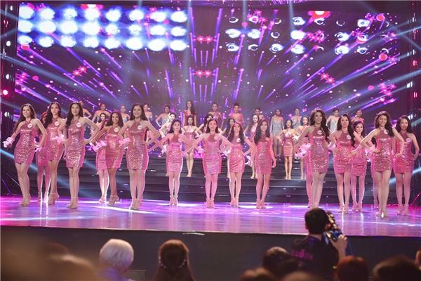 Phần đồng diễn mở màn của 30 nhan sắc nổi bật tại miền Nam của Hoa hậu Việt Nam 2016.