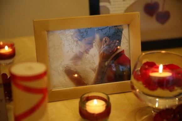 Các khung ảnh được đặt trên bàn trang trí kèm ánh nến lung linh. - Tin sao Viet - Tin tuc sao Viet - Scandal sao Viet - Tin tuc cua Sao - Tin cua Sao