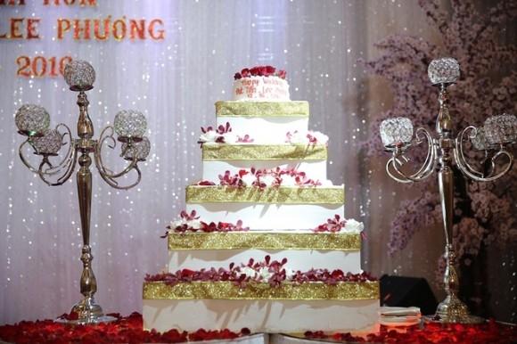 Bánh kem gồm năm tầng được cô dâu chính tay đặt riêng cho lễ cưới. - Tin sao Viet - Tin tuc sao Viet - Scandal sao Viet - Tin tuc cua Sao - Tin cua Sao