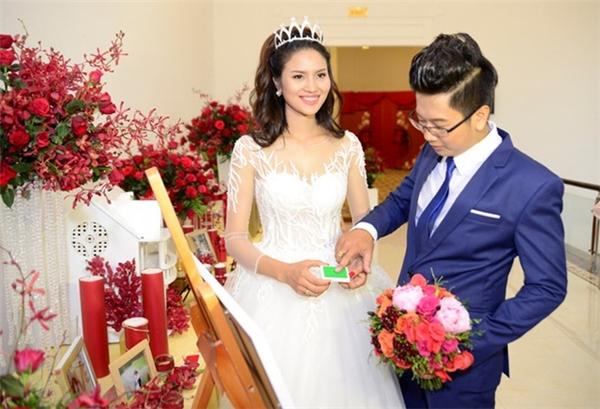 Tối 12/6, đám cưới của Lê Phương và Đức Tiến được tổ chức tại một nhà hàng bình dân tại TP.HCM. - Tin sao Viet - Tin tuc sao Viet - Scandal sao Viet - Tin tuc cua Sao - Tin cua Sao