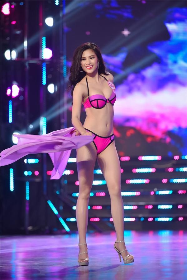 Chưa đầy 1 năm, Nguyễn Thị Thành khiến khán giả vô cùng bất ngờ với vẻ ngoài thay đổi ngoạn mục. Từ một cô gái 19 tuổi non nớt tại Hoa hậu Hoàn vũ Việt Nam, Thị Thành trở nên quyến rũ, ngọt ngào và sang trọng hơn khi đến với Hoa hậu Việt Nam 2016.
