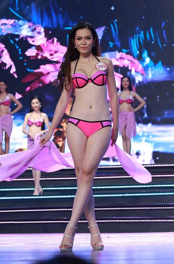 Sau màn trình diễn áo dài, 30 cô gái cùng thể hiện khả năng catwalk và khoe vẻ đẹp hình thể trong trang phục bikini gợi cảm, nóng bỏng. Đây luôn là phần thi được mong chờ nhất trong các cuộc thi nhan sắc.