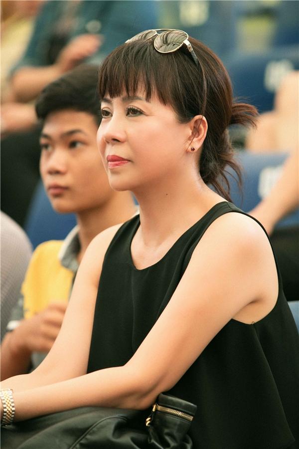 Cô âm thầm ngồi dưới sân khấu để ủng hộ Hoàng Thùy Linh. - Tin sao Viet - Tin tuc sao Viet - Scandal sao Viet - Tin tuc cua Sao - Tin cua Sao