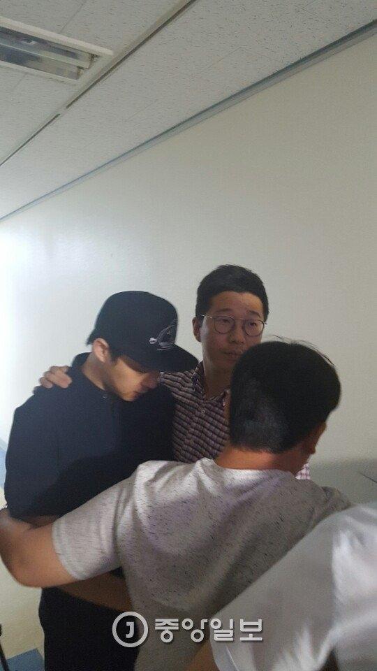 Yoochun rời khởi chỗ làm về nhà