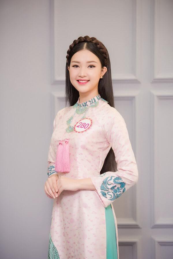 Trong những buổi họp báo, ra mắt truyền thông, Ngọc Trân thường diện áo dài truyền thống kín đáo, thanh lịch. Kiểu tóc cổ điển càng giúp Hoa khôi Du lịch Huế 2016 trở nên thu hút hơn.