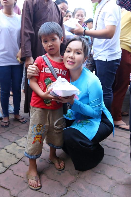Tuy nhiên, bên cạnh những hoạt động nghệ thuật, Việt Hương còn là một trong những nghệ sĩ tiêu biểu luôn tích cực tham gia các chương trình từ thiện và công tác xã hội. - Tin sao Viet - Tin tuc sao Viet - Scandal sao Viet - Tin tuc cua Sao - Tin cua Sao