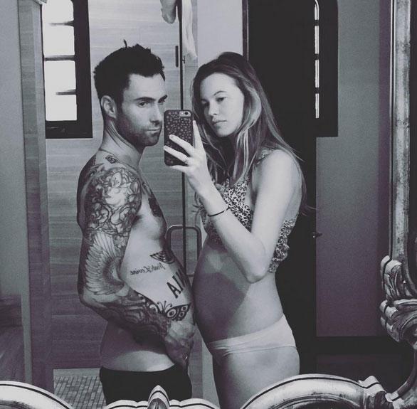 Adam tinh nghịch đo bụng bầu với vợ. (Ảnh: Instagram)