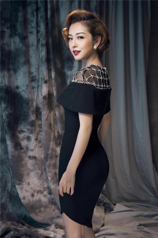 Diện váy ôm sát đơn giản, Jennifer Phạm khoe khéo đường cong đáng mơ ước của phái đẹp. Với tông màu đơn sắc, Lê Thanh Hòa khéo léo tạo điểm nhấn bằng chất liệu xuyên thấu, chi tiết ánh kim đính kết ở phần cầu vai.