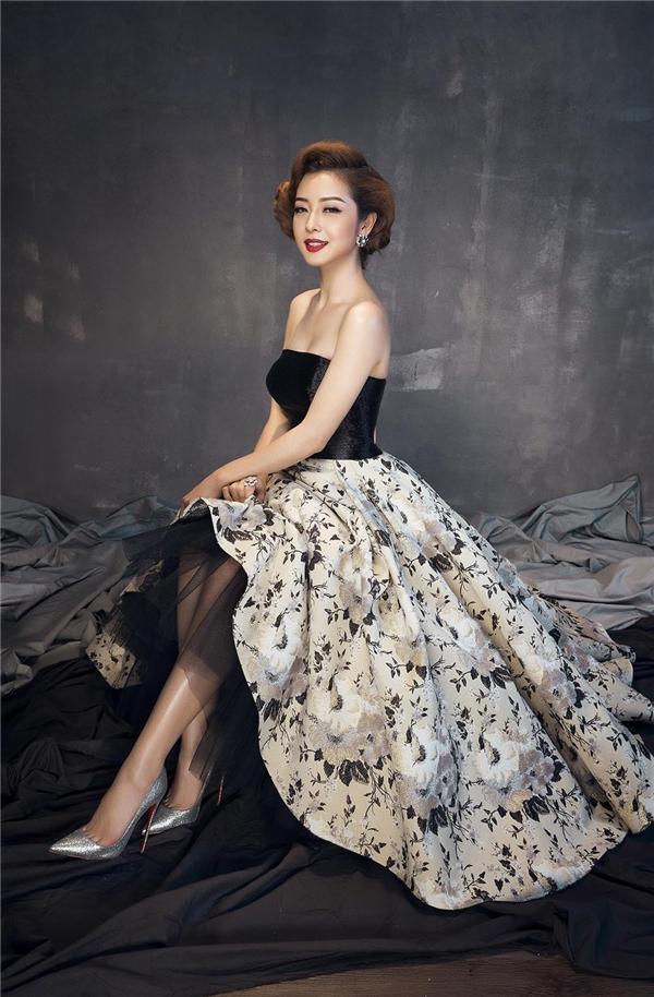 Mùa hè được khắc họa trên váy của Jennifer Phạm qua loạt hoa tiết hoa với tông màu pastel nhẹ nhàng.