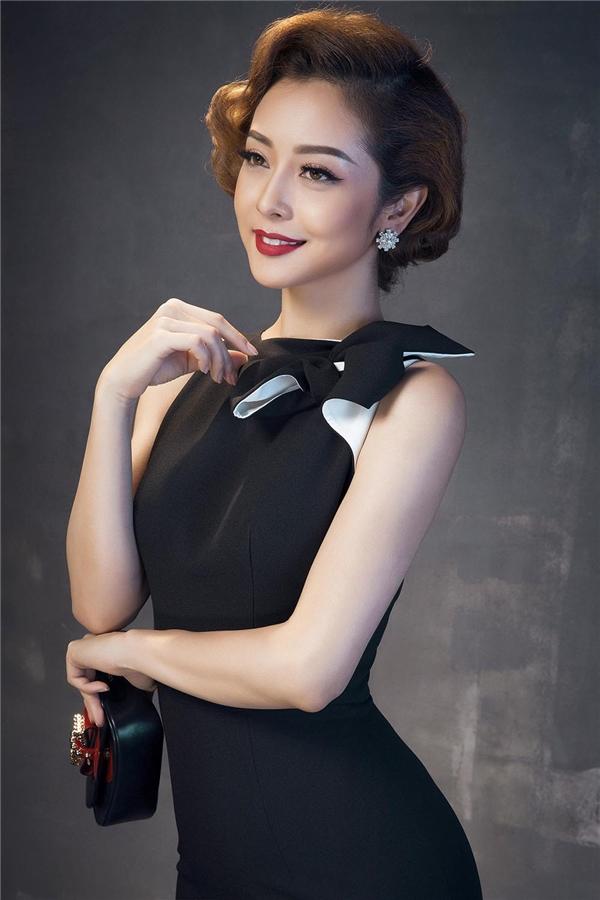 Phom váy bodycon được tạo điểm nhấn bằng những chi tiết đính kết, màu tương phản bỏ nhỏ ở phần cổ, ngực váy.