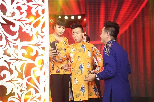 """Trong tập 7 của Làng Hài Mở Hội, hai giám khảo Việt Hương -Trấn Thành sẽ có những màn """"chặt chém"""" không ngừng để đem đến tiếng cười cho khán giả."""