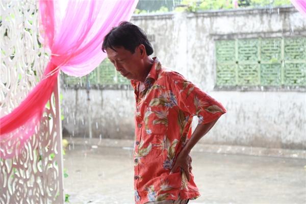 Bố Kỳ Hân vô cùng lo lắng vì trời bất ngờ mưa lớn. - Tin sao Viet - Tin tuc sao Viet - Scandal sao Viet - Tin tuc cua Sao - Tin cua Sao
