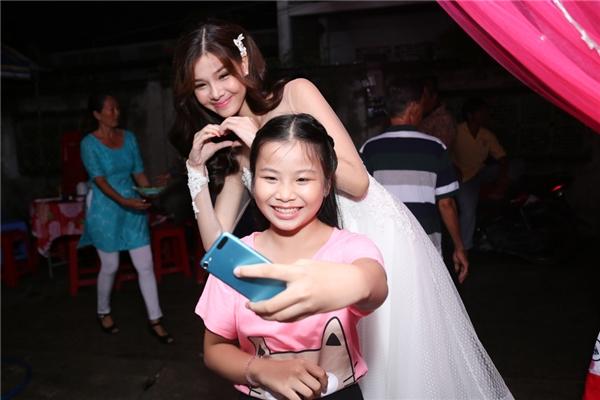 Một bé gái chụp ảnh kỉ niệm cùng Kỳ Hân - Tin sao Viet - Tin tuc sao Viet - Scandal sao Viet - Tin tuc cua Sao - Tin cua Sao