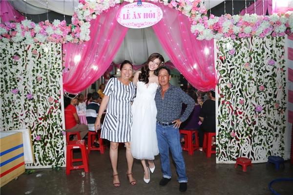Người đẹp tươi cười rạng rỡ bên bố mẹ - Tin sao Viet - Tin tuc sao Viet - Scandal sao Viet - Tin tuc cua Sao - Tin cua Sao