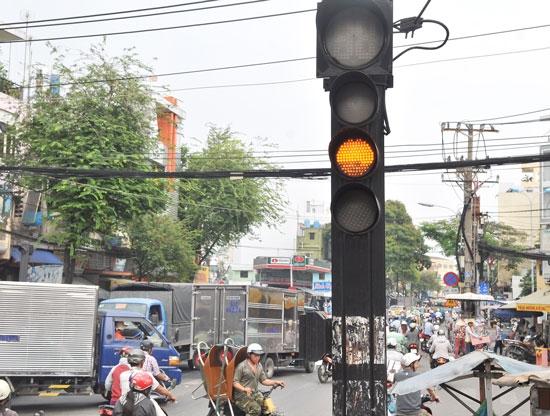 Ở Việt Nam, cái đèn vàng là cái đèn bị xem thường nhiều nhất. (Ảnh: Internet)