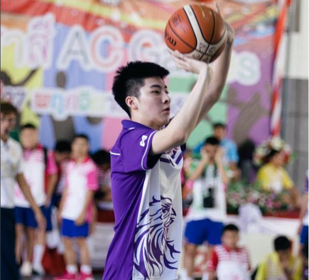 Không chỉ đẹp trai mà Pongtiwat còn có khả năng chơi bóng rổ siêu cấp. (Ảnh: Instagram)