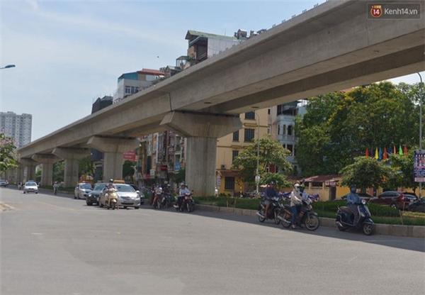 Trên đoạn đường Nguyễn Trãi, nhiều xe đi nép vào phần có bóng râm để tránh nắng. Ảnh: Phương Thảo