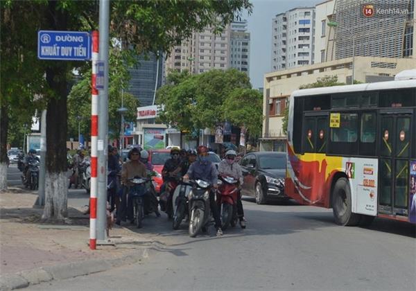 Nhiều người dừng ngay tại lối rẽ dành cho phương tiện muốn rẽ phải. Ảnh: Phương Thảo