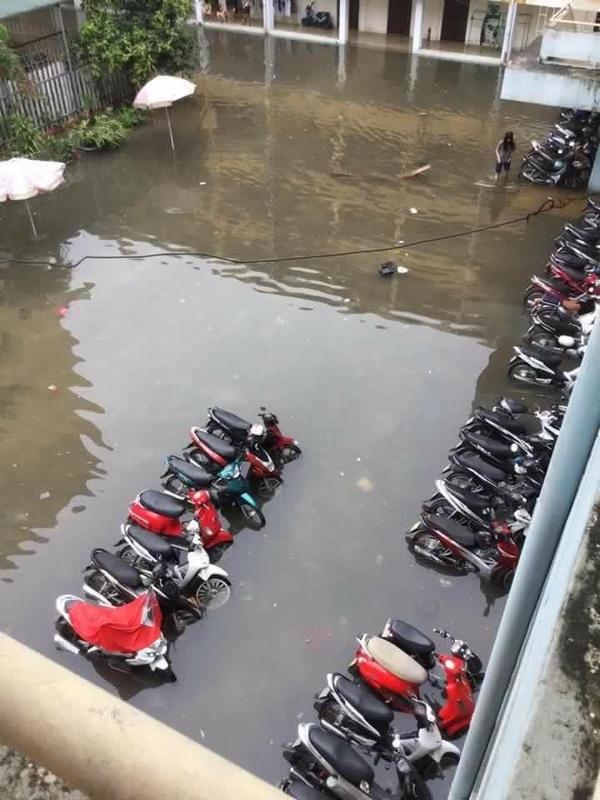 Cả gia tài của sinh viên có mỗi chiếc xe máy là đáng giá nhất mà bị ngâm nước như thế này thì chắc lại nhịn ăn cả tháng để lấy tiền sửa xe.