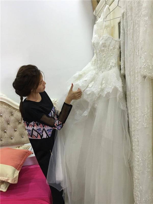 Kỳ Hân kiểm tra váy cưới - Tin sao Viet - Tin tuc sao Viet - Scandal sao Viet - Tin tuc cua Sao - Tin cua Sao