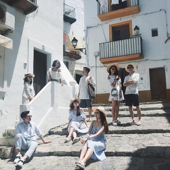 Trang phục với 2 màu trắng - xanh hết sức vintage à nha! (Ảnh: @tuhihi)