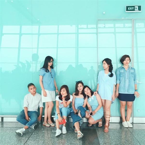 Đi du lịch nhóm phải mặc đồ tông xuyệt tông rồi chụp ảnh như thế này mới bắt kịp xu hướng!