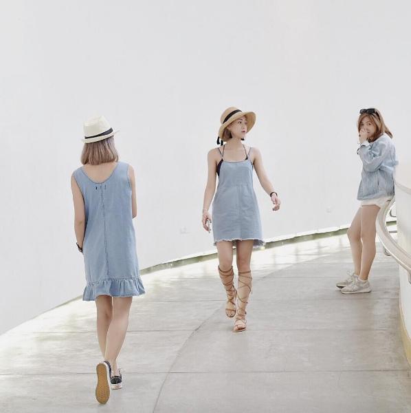 3 cô nàng như đang trình diễn thời trang trong một BST vậy... Đây là ảnh ở Thái Lan của nhóm bạn @antoetoe.